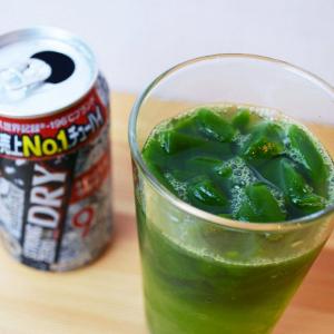 砕いた冷凍青汁にストロングゼロを注ぐ健康法(?)が最強! 青汁が溶け始める頃にはほろ酔い→青汁が苦手でも余裕で完飲、しかもウマい!