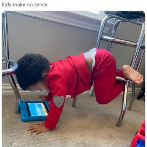 子どもたちの意味不明な姿勢はあるある? 「骨があるとは思えないのよね」「ヨガかよ」