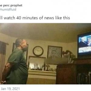 なんで世のお父さんたちは直立不動でテレビ観るんだろう 「腰痛くて座ってられないから」「必ず両手を後ろで組む」