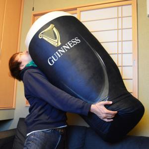 ギネスビールのキャンペーンで当たる特大クッションが特大すぎて当選しても困るレベル(笑) オリジナルグッズ同封の限定ボックスも発売中