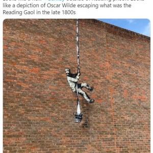 """イギリスの刑務所跡地に描かれた""""脱獄する囚人""""の壁画はやはりバンクシーの新作だった"""