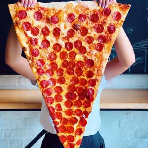 """""""一切れがやたらデカすぎるピザ""""が名物のピザ屋 「これ1枚食べると何キロ太るんだろう」「お取り寄せ可能ですか?」"""