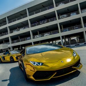 ジャッキー・チェン主演最新作『プロジェクトV』本編映像:ドバイの街中を駆け抜ける黄金スポーツカーのカーチェイス