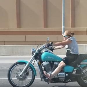 テキサスで超ファンキーなおばちゃんバイカーが発見される!ラピュタに出てくるドーラみたい!