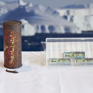 南極で発見された50年以上前のコカ・コーラ缶とクールミントガムが日本に帰還 「日本本社にも現物はない」
