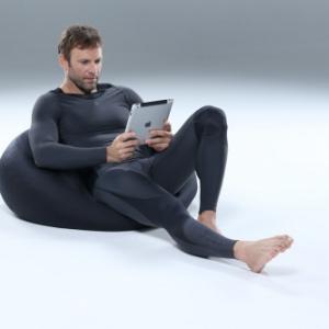 身体の負担を軽減して効率アップ! 仕事が冴えるビジネスマンのPCスーツ デサント『SKINS』