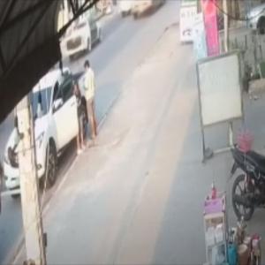 【予想不可能】車から降りてきた男女。この数秒後、信じられない悲劇に見舞われる!