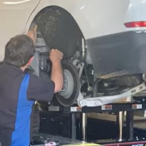 修理中の車から出て来た驚愕のモノとは?!あなたの車は大丈夫?