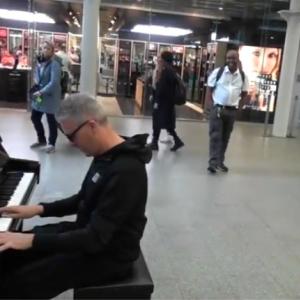 素敵な展開!駅のピアノで『メリー・ポピンズ』を弾いていたら、突然女の子が現れ・・・