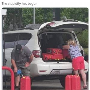 ガソリンを買い占めるアメリカの人々 「買い物袋にガソリン入れるのは危険」「コメディなの?」