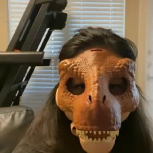 【愛犬ドッキリ】飼い主が恐竜のマスクを被ったら、ワンコたちの反応が面白かった!