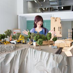 『シン・エヴァンゲリオン劇場版』の制作に使用された「第3村ミニチュアセット」が「SMALL WORLDS TOKYO」にて期間限定公開中! (モデル:十束おとは)