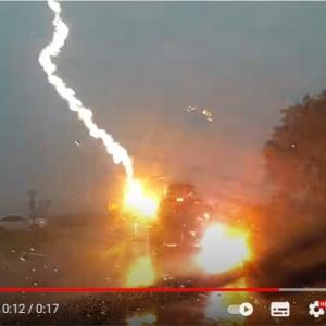 車に雷が直撃した瞬間 「恐ろしい映像だ」「電気系統全部ダメになっただろうな」