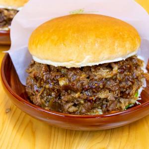 肉が大盛りデカすぎ注意! コメダ珈琲店の季節限定バーガー「コメ牛」を食べてみた