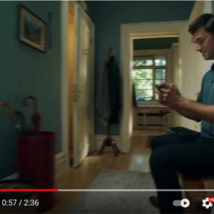 Nintendo Switch(有機ELモデル)を紹介する動画のワンシーンに異論反論 「こんなとこでゲームする人いるの?」「あと数歩でリビングなのに?」