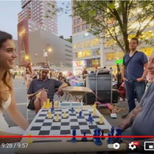 ニューヨークの公園で賭けチェスの猛者を撃破する女性の正体とは?