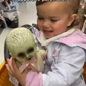不気味な人形だなんてとんでもない!この女の子にとっては親友なのです
