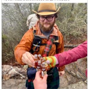 トリッキーな写真に騙された人のツイートが話題 「迷彩柄って単なるデザインじゃないんだね」「何回見てもウィスキーのボトルは4つで手は3つ」