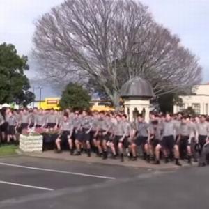 亡き恩師へ 1,700人以上の教え子たちがニュージーランドの民族舞踊「ハカ」を踊る