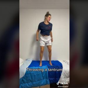段ボールベッドの強度を検証するオリンピアンたち 「いろんな意味でオリンピックを楽しんでね」「まさにニュース速報だな」