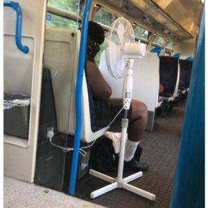 電車内に扇風機を持ち込んだ人の写真が話題 「扇風機のスイッチ入れる前に疲れ果てて寝ちゃったのかな」「携帯扇風機ではどうしようもない暑さだからね」