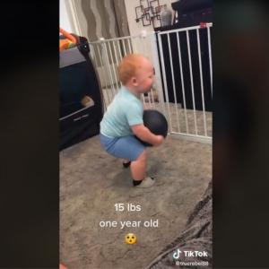15ポンド(約6.8キロ)ものメディシンボールを持ち上げるパワフルな赤ちゃん 「すごい動画だ」「ちょっとビビった」