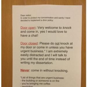 准教授の同僚が個室のドアに貼った注意書きが話題 「急用リストには100%同意します」「この人とは友達になれそうもないな」