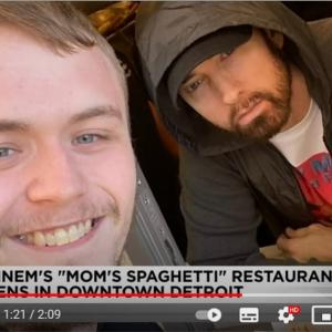 「行列の長さは8マイル?」「M&Mは売ってないのかな」 オープン前から大行列となってしまったエミネムのレストランMom's Spaghetti