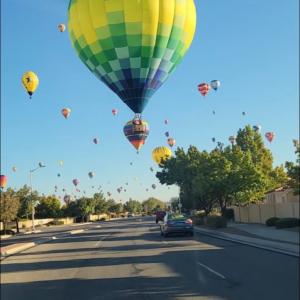 気球の祭典期間中、町の空の様子がスゴいことに!カラフルで幻想的な光景は別世界のよう