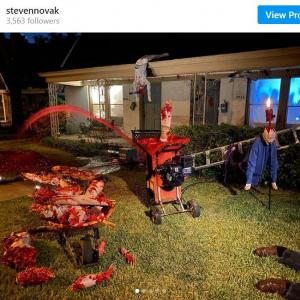 映画『悪魔のいけにえ』を参考にしたハロウィンの飾りつけが血みどろすぎる一軒家 「郵便配達の人とか嫌だろうなあ」「アメリカのハロウィンはイギリスよりすごいな」