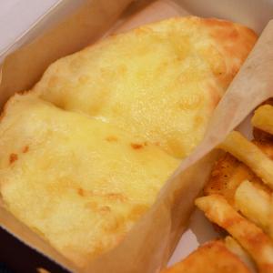 これピザっていうかチーズの塊! 中身もチーズがとろけるピザハットの一人用ピザセット「ハロウィン MY BOX」が発売