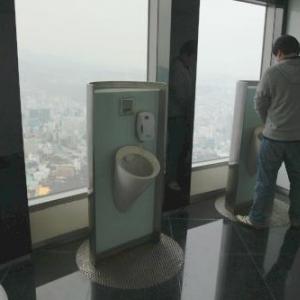 韓国の高層トイレが凄い 高所恐怖症な人は漏らしそうって言うか漏らしてOK!
