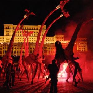 巨大なキリンの群れが六本木の街を練り歩く!あのパフォーマンス集団がついに来日