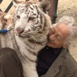 ムツゴロウさんが虎や白熊と戯れる衝撃映像の連続! 『ムツゴロウのゆかいな動物図鑑』DVDリリース決定