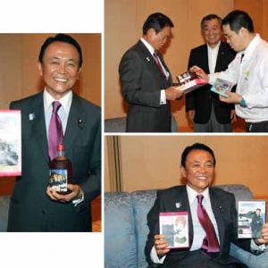 麻生太郎副総理が『ガールズ&パンツァー』のグッズを持って満面の笑み