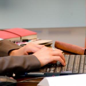 働く女子は恋愛なんかしてられない!? 終電の理由はほぼ仕事「73.7%が定期的な残業あり」