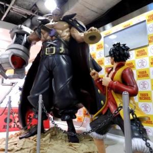 等身大ルフィ&ゼットが新宿に現る! 天井ギリギリの大迫力ボディ