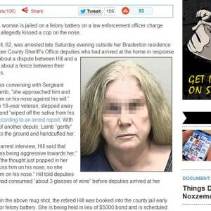 警官にキスした女性が暴行の疑いで逮捕 米国ネットメディアが報じる
