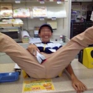 コンビニ店員がレジカウンターの上でM字開脚し炎上! 「これやった店潰れるの?」