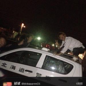 若者がパトカーの上に乗りピースし写真をツイート 「中2病だから」