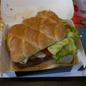 イタリアのマックはハンバーグが四角い!? 新商品『イルマックバーガー』