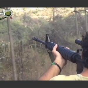 【シリア】パラシュートで脱出降下中のパイロットを的に射撃の練習をする反体制派兵士たち