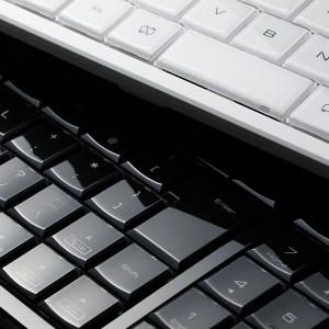 透明な美しさをデスクに! クリスタルデザインのワイヤレスフルキーボード