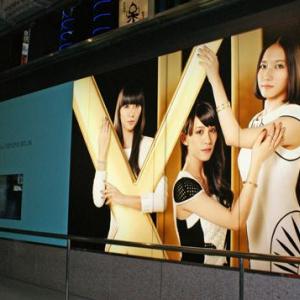 Perfumeの巨大広告が伊勢丹新宿店のショーウィンドウをジャック!