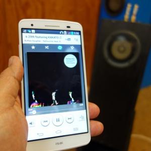 auのスマートフォン『isai』は専用機並みのハイレゾオーディオに注目 高音質配信のOTOTOYにその音質を評価してもらった
