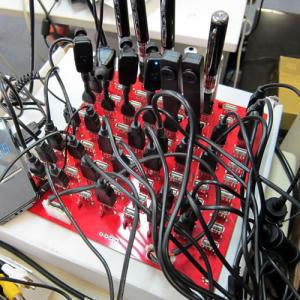 充電したいUSB機器は全部任せろ!『80ポートUSBチャージャーボード』