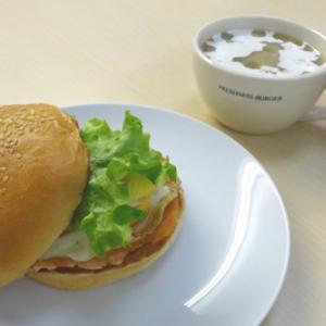野菜たっぷり! サラダがシャキシャキ! フレッシュネスバーガー季節限定「サーモンエッグバーガー」を食べてみた