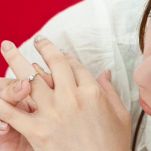 「結婚指輪つけてる? 満足?」本音を調査! 気になる金額は10万円台が最多