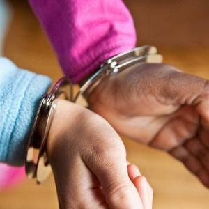 無事に年を越せたのか? 6歳の男の子が両親の寝室にあった手錠をかけてしまう