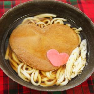 【お取り寄せ】バレンタインには「うどん」でしょ! ピンクのハート型うどんと大きなお揚げがインパクト抜群『LOVEきつね』
